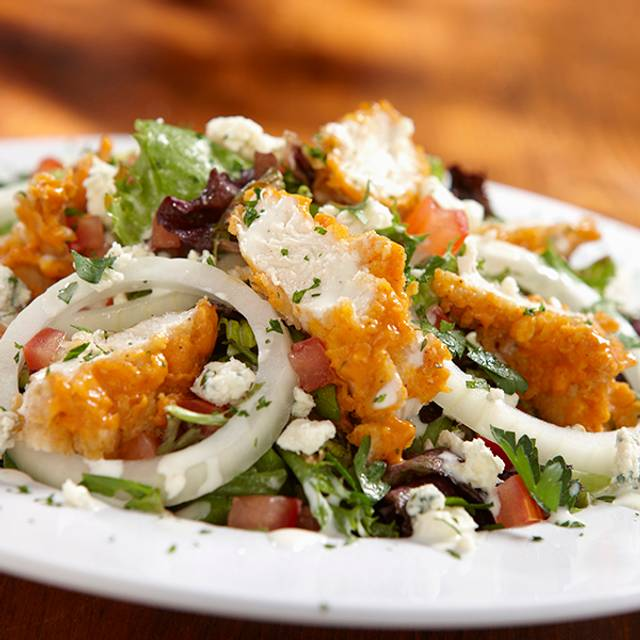 Buffalo chicken salad - Hooters Cancún - Malecon Americas, Cancún, ROO
