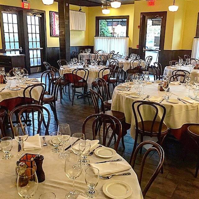 Dining Room Louie S Italian Restaurant And Bar Darien Ct