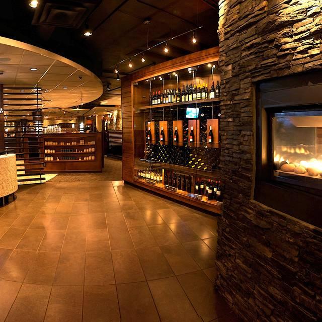 Mano's on 8th - Mano's Restaurant and Lounge, Saskatoon, SK