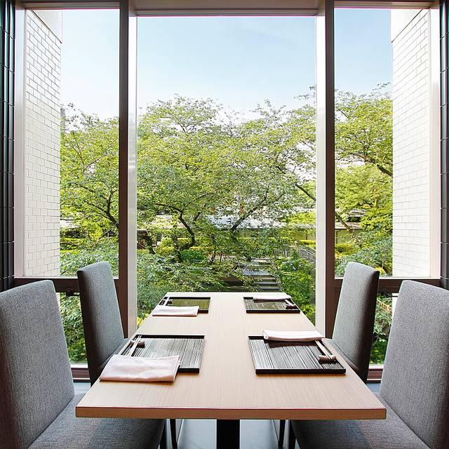なだ万様 高輪店-日本料理 ホール窓側名テーブルと景色 Ok-小データ - なだ万 高輪プライム, 港区, 東京