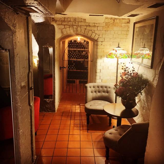 Welcoming Intimate Showhouse Kitchen: Fino's Bar & Restaurant - London,