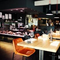 foto von männer metzger restaurant