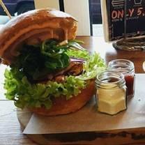 foto von loui's burgers restaurant