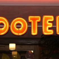 foto von hooters frankfurt restaurant