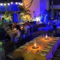 foto de restaurante bajo la luna